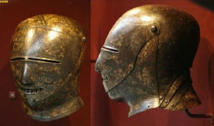 Полностью закрытый рыцарский шлем, сферической формы.